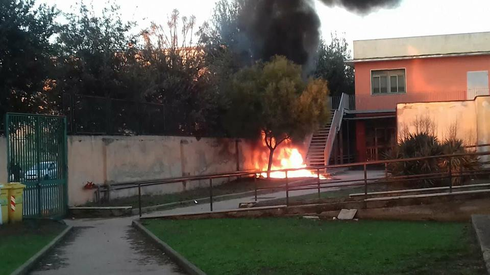 Photo of Incendio a scuola, paura in periferia: ipotesi baby gang