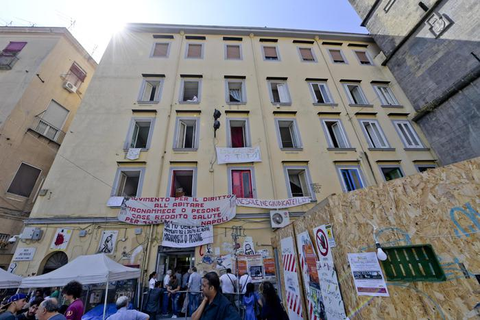 Photo of Sgombero in edificio occupato abusivamente: tensione, minacciano il suicidio