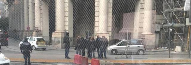 Photo of Napoli, si apre una voragine davanti alla Galleria Vittoria: traffico in tilt