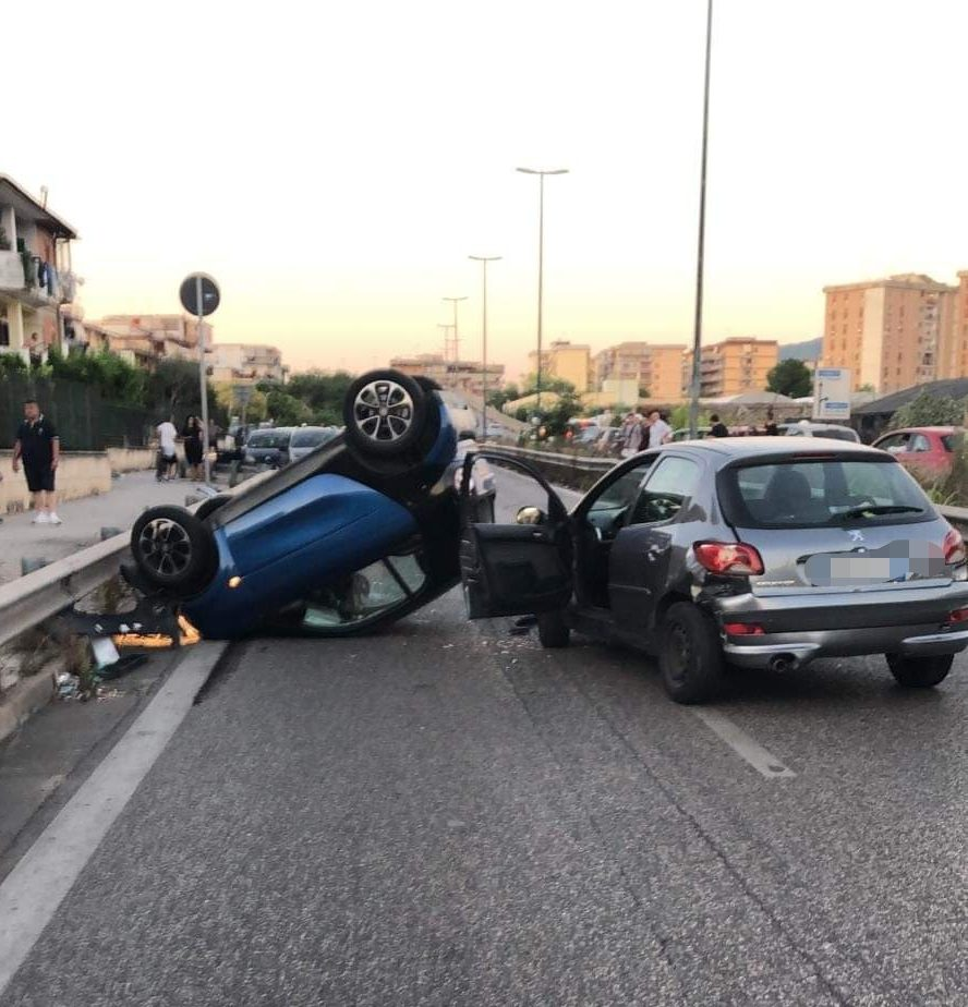 Photo of San Giorgio a Cremano, violento incidente tra auto: una si ribalta