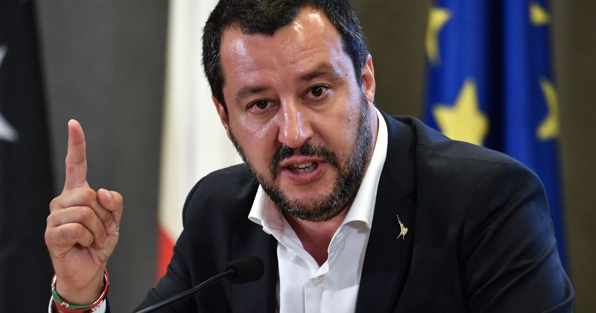"Photo of Salvini, fiori per l'agente Pasquale Apicella, contestato: ""Vai via da Napoli"""