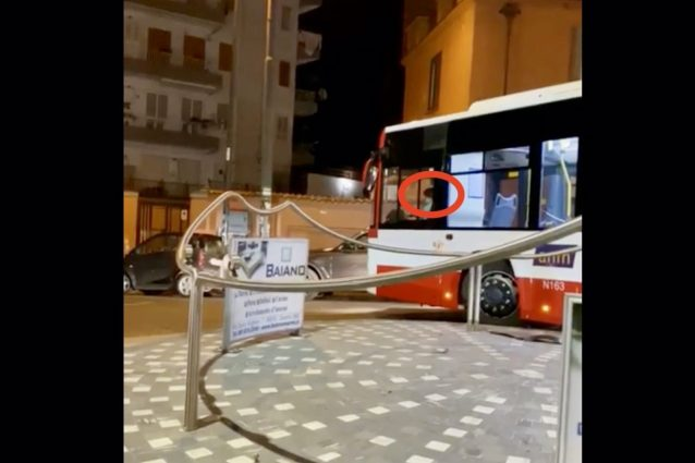 Photo of Napoli, ragazzino alla guida di un bus dell'Anm: è una fake news
